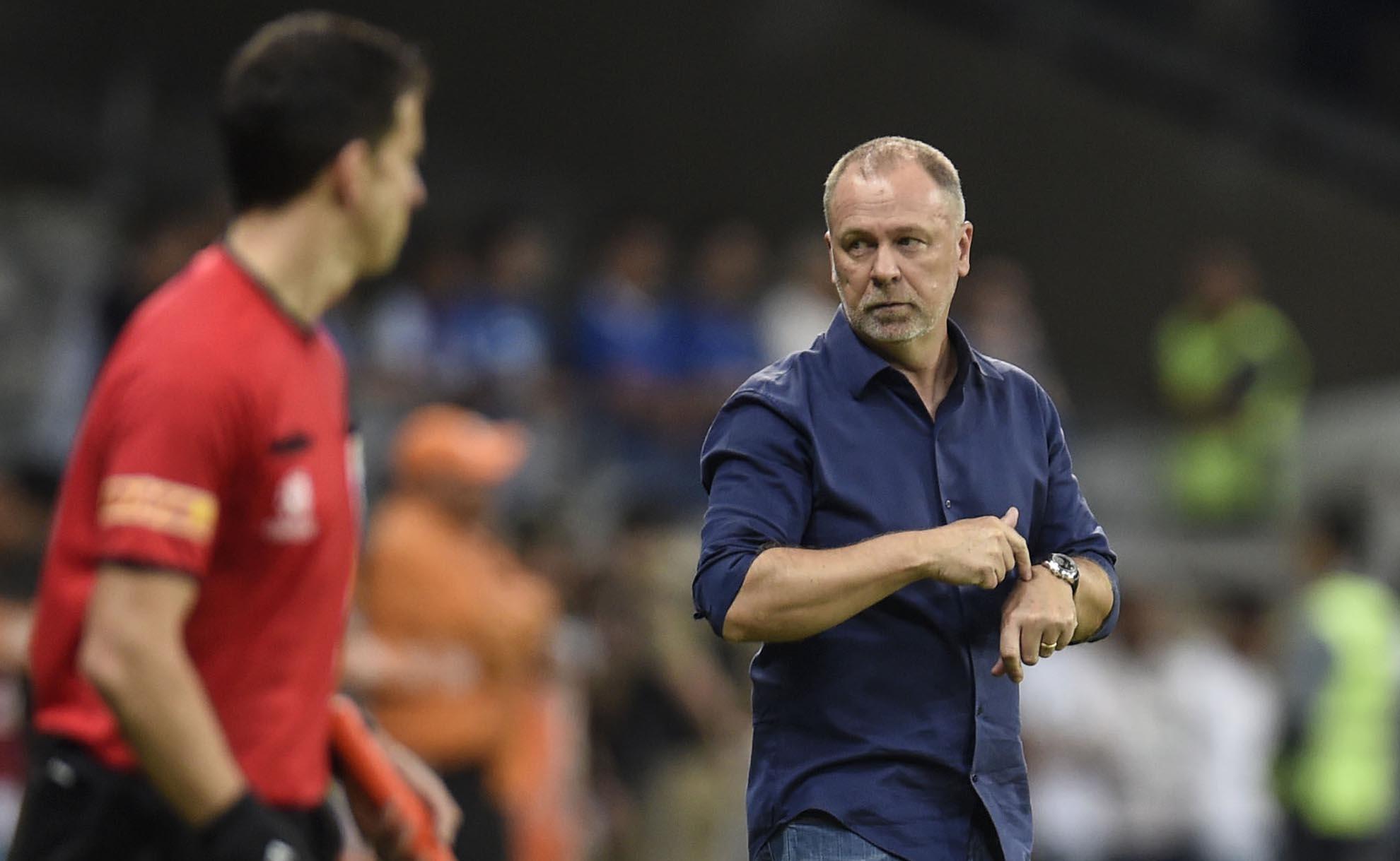 """Presidente do Cruzeiro dispara contra a arbitragem e Conmebol: """"A vagabundagem é impressionante"""""""