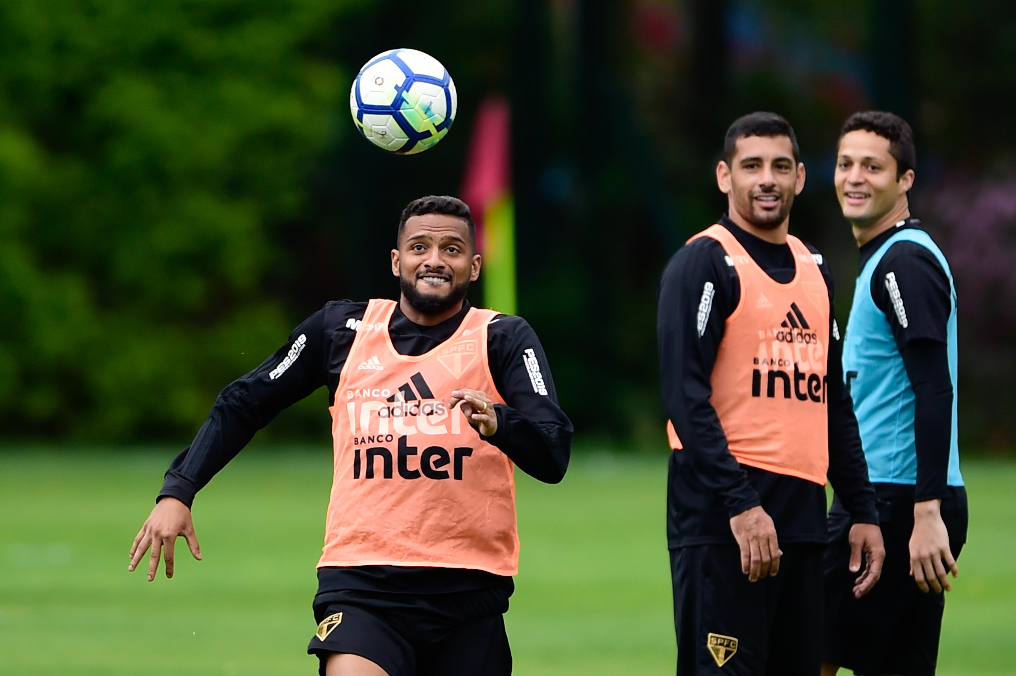 Treino do São Paulo tem retorno de Everton e homenagem a Daniel