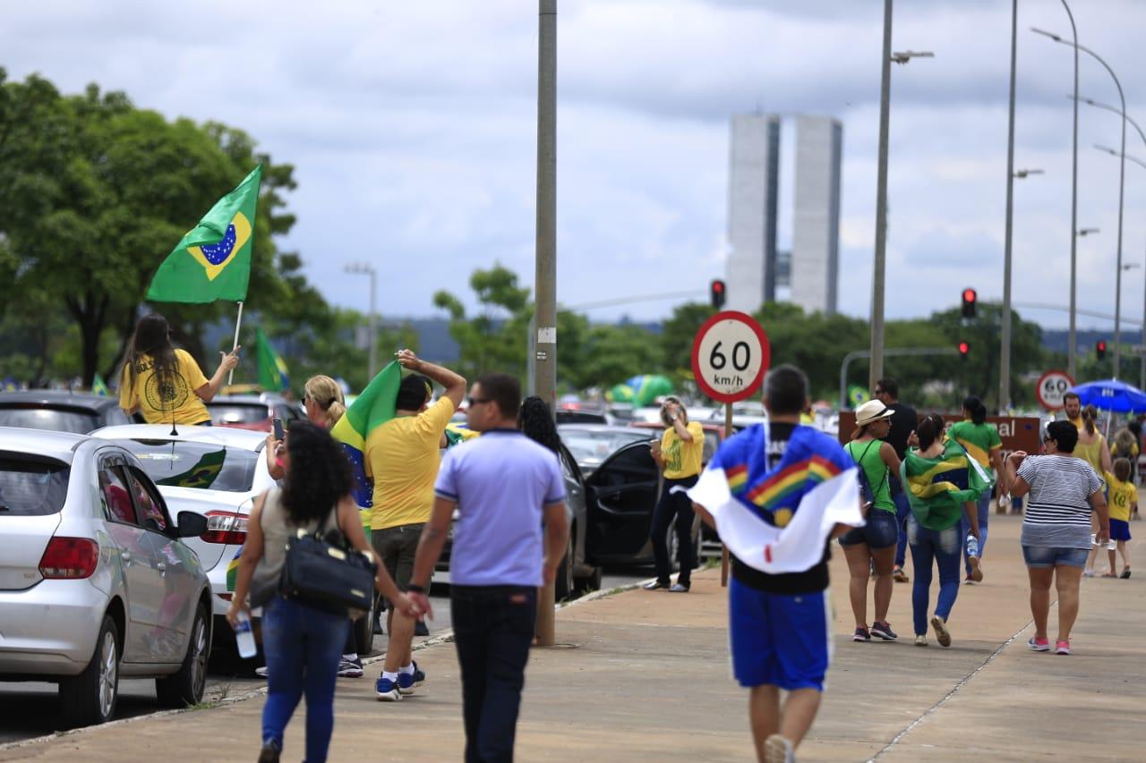 Manifestação a favor de Bolsonaro ocorre no centro de Brasília