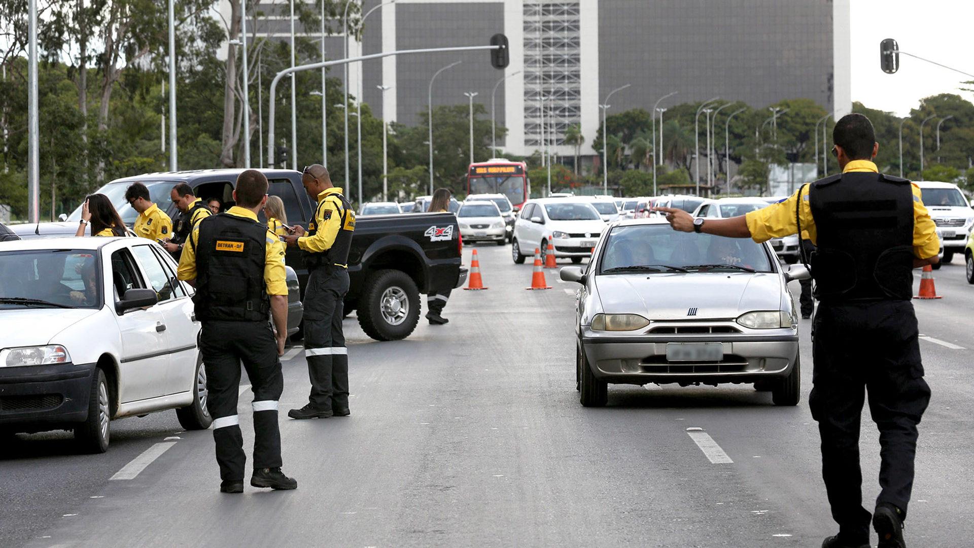 Fiscalização de licenciamento de veículos é feita de acordo com a numeração das placas