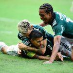 """Keno comemora título do Palmeiras e brinca com medalha: """"Sou campeão"""""""