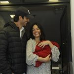Isis Valverde deixa a maternidade com seu filho Rael; veja fotos
