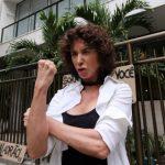 Ex-atriz da Record agarra Adriane Galisteu, a chama de fútil e dá beijo na boca de apresentador da Band em festa