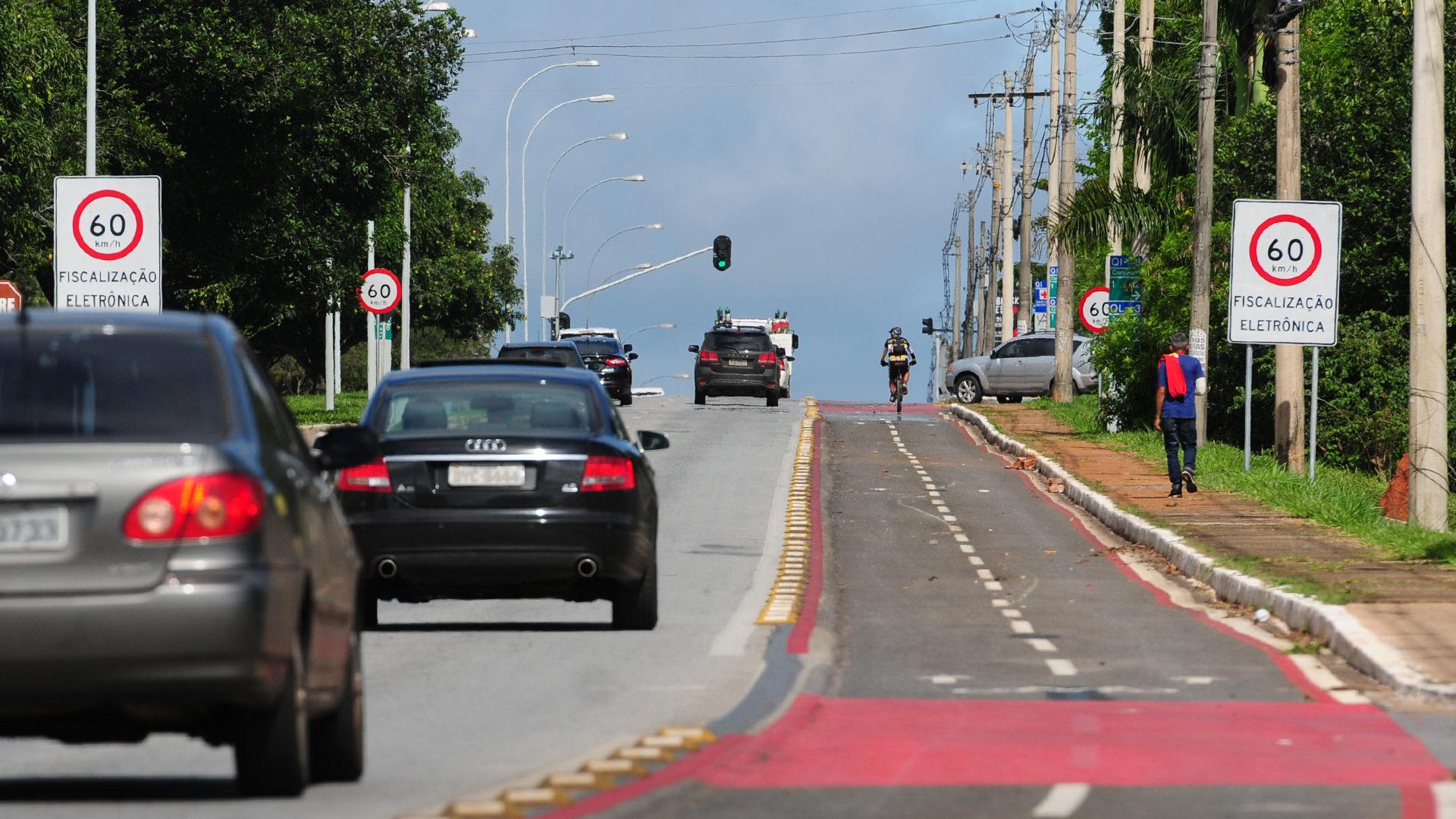 O limite de velocidade caiu para 60 quilômetros e a ciclofaixa recebeu nova sinalização