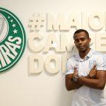 Carlos Eduardo visita Academia e formaliza vínculo com Palmeiras
