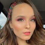 Larissa Manoela chega aos 18 anos, ganha dois carros e festa surpresa em Miami