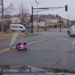 Vídeo: Criança cai de carro em movimento e sai ilesa