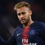 Oficialmente solteiro, Neymar é flagrado aos beijos com morena e verdade vem à tona