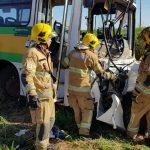 Carro bate em ônibus escolar, deixa dois mortos e crianças feridas no DF