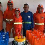 Garotinho ganha festa de aniversário de garis: apaixonado pela profissão