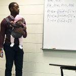 Professor segura bebê de aluno durante aula e viraliza