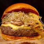 Geleia apresenta hambúrger de costela com cogumelos e broto de alfafa